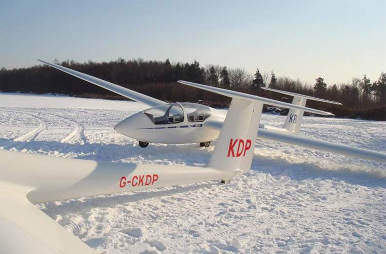 Aviones ASK-21 del Club de vuelo a vela de Kent, Inglaterra, preparados para un vuelo invernal (http://www.kent-gliding-club.co.uk/)