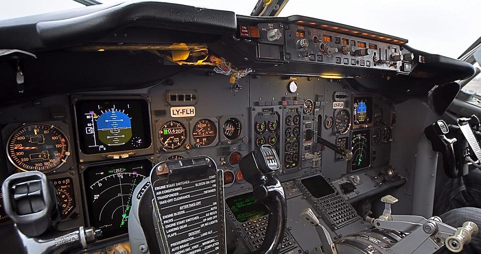 Boeing 737 ( avión de reacción de pasajeros de fuselaje estrecho de corto a medio alcance USA ) LH01