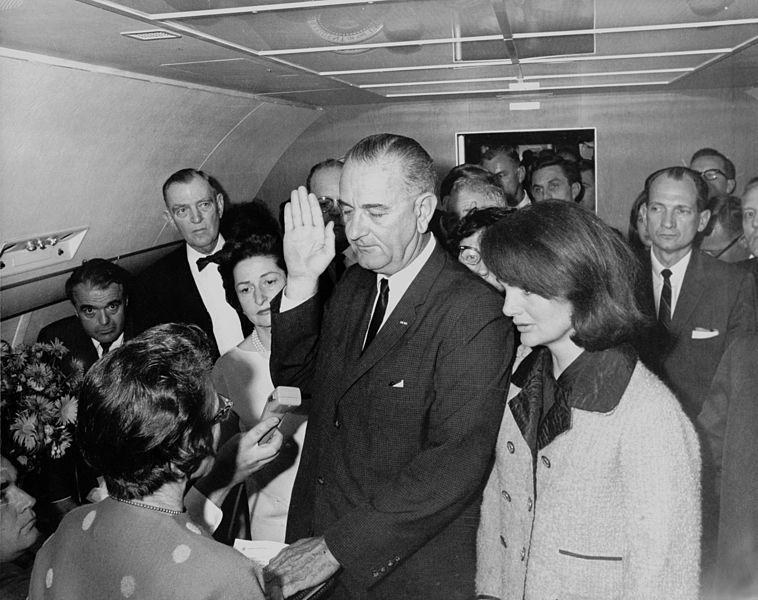 Nombramiento de Lyndon B- Johnson a bordo del avión presidencial en Dallas Texas a la muerte de Kennedy mientras la Juez Sarah T. Hughes le tomaba juramento.