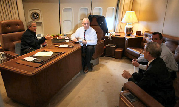 Bush a bordo del VC-25 28000. (foto: Casa Blanca)