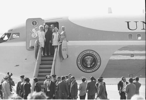 Nixon y su familia desembarcando del Air ForceOne tras un viaje a Fargo, Dakota del Norte. USA