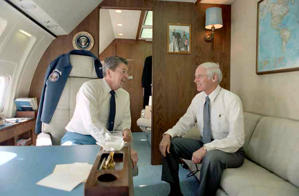 Presidente Reagan con William French Smith durante un viaje a bordo del Air Force One a Andrews AFB