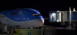 efe. El avión de JetairFly en el Aeropuerto de las Américas de Santo Domingo después del aterrizaje de emergencia