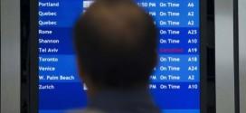 Un hombre consulta la información de los vuelos en el aeropuerto de Filadelfia (EE UU). / Matt Rourke (AP)