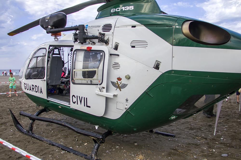 Eurocopter EC-135 de la Guardia Civil en la playa en exposición estática