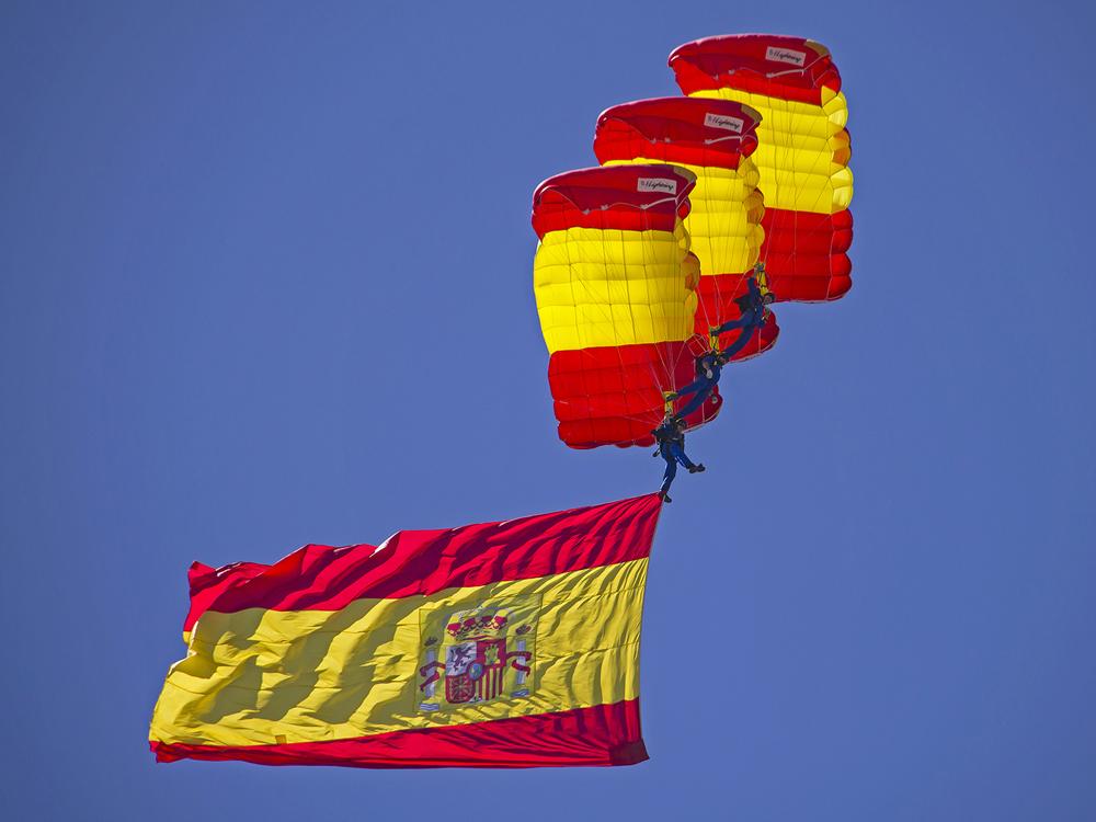 Espectacular y bonito el salto de los componentes de la PAPEA. En la imagen con el despliegue de la Bandera Nacional