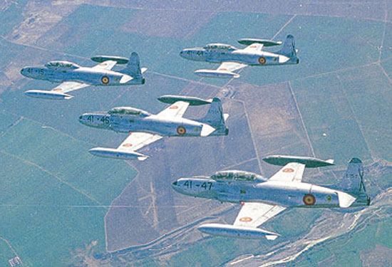 Vuelo en formación de cuatro aviones Lockheed T-33 -ShootingStar- (E-15). Dos hitos históricos obtenidos por este avión son que fue el primer jet que obtuvo una victoria en combate contra otro jet (un Mig-15 durante la guerra de Corea) y que fue el primer avión que voló a más de 1.000 km/h. FOTO: Ejército del Aire