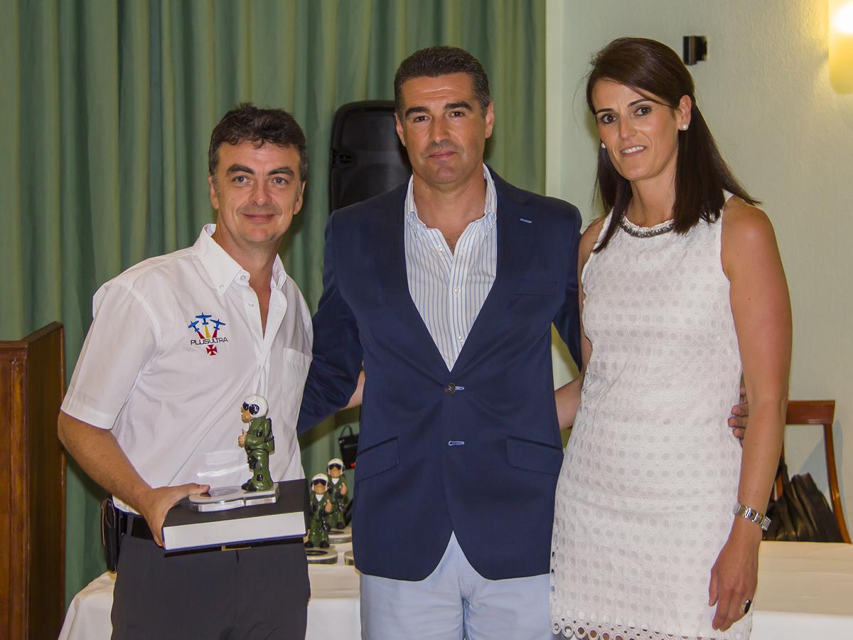 Alberto Aragonés recogiendo el galardón otorgado por la AAAO por su participación en el Festival de Motril 2014
