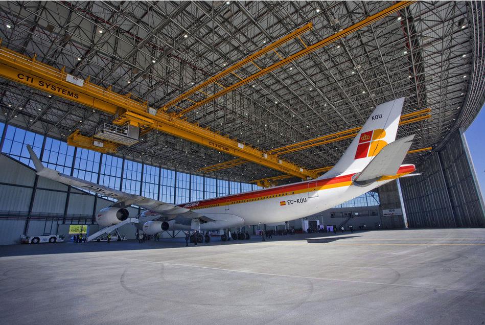 Un avión de Iberia en el hangar de la compañía en El Prat, inaugurado en el 2010 coincidiendo con la efímera recuperación de las rutas de largo radio desde Barcelona Llibert Teixido