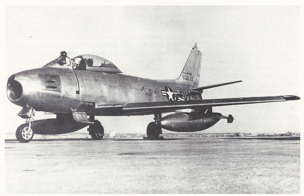 FOTO: Uno de los dos primeros F-86 en llegar a Getafe aún con los numerales y escarapelas americanas. Posteriormente este aparato sería el C.5-2. Foto Archivo Sáenz de Pazos.