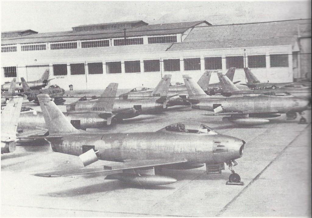 Foto: La mayor parte de los F-86 Sabre de la imagen aparcados en las instalaciones de CASA en Getafe pertenecían al 32 Fighter Day Squadron de Holanda. Aviones a la espera de la revisión anterior a ser entregados al E.A. Archivo Fotográfico Sáenz de Pazos.