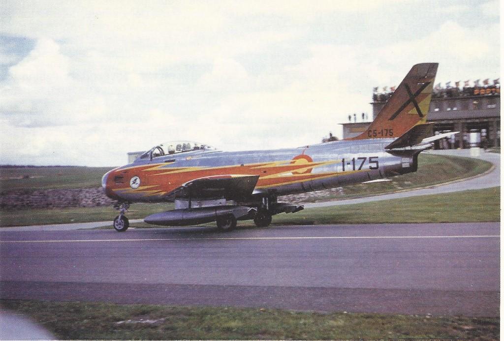 FOTO: Uno de los F-86 de la Patrulla Ascua ya pintado con los colores oficiales, listo para comenzar su actuación en Spangdahlen, Alemania, el 20 de Mayo de 1962. Archivo D.W. Menard.