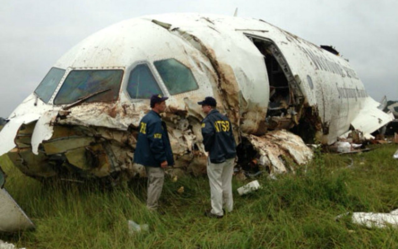 Trabajadores del NTSB inspeccionan un avión accidentado
