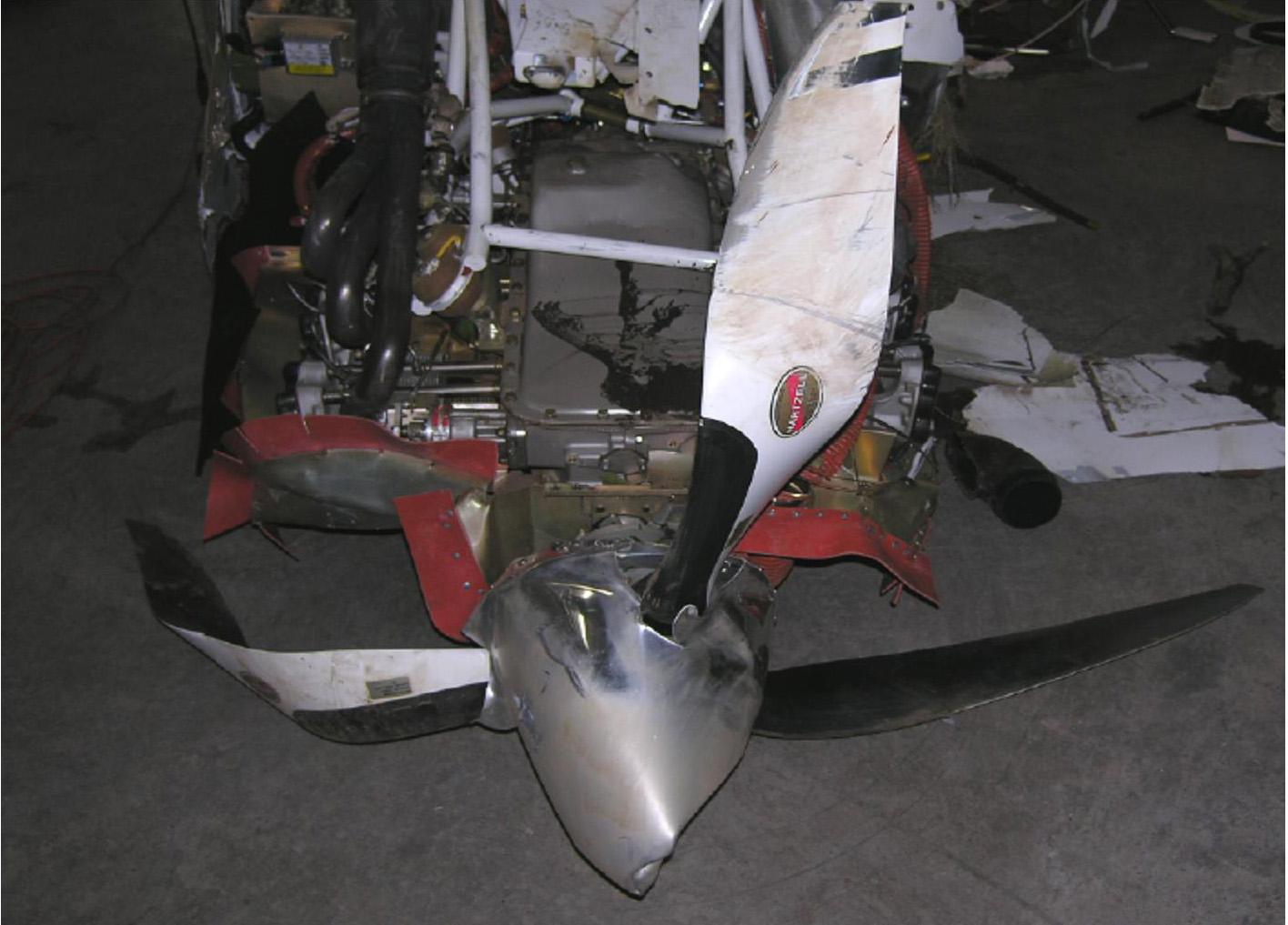 La deformación de las hélices de este avión así como las marcar grabadas en las mismas sugieren que estaba girando cuando impactaron con el terreno.