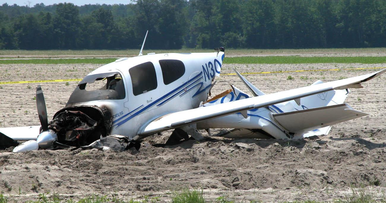 En este accidente el fuego se generó tras el impacto. Obsérvese como no hay marcas dejadas por las llamas en los laterales del fuselaje en el sentido morro-cola como ocurriría si el avión estuviera desplazándose.