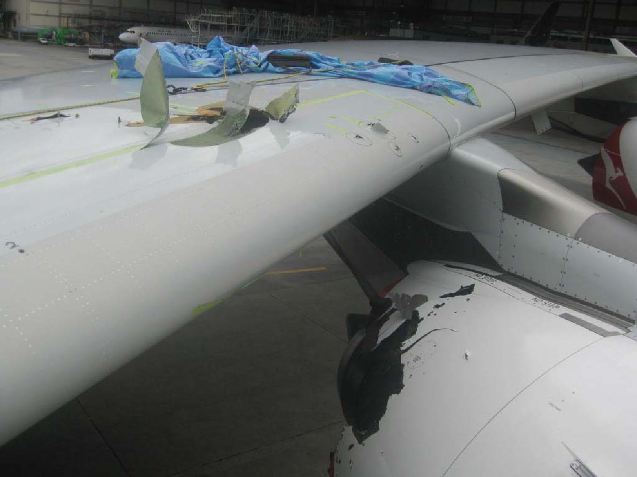 Los daños en el ala indican la proyección de fragmentos desde el motor hacia el ala, atravesando la misma.