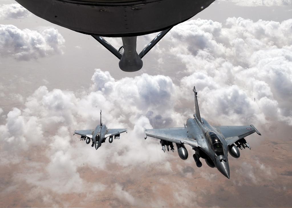 Dos Rafale repostando de un tanquero. Se puede observar el pod Damocles en el pilón situado en la tobera de admisión del motor del avión.
