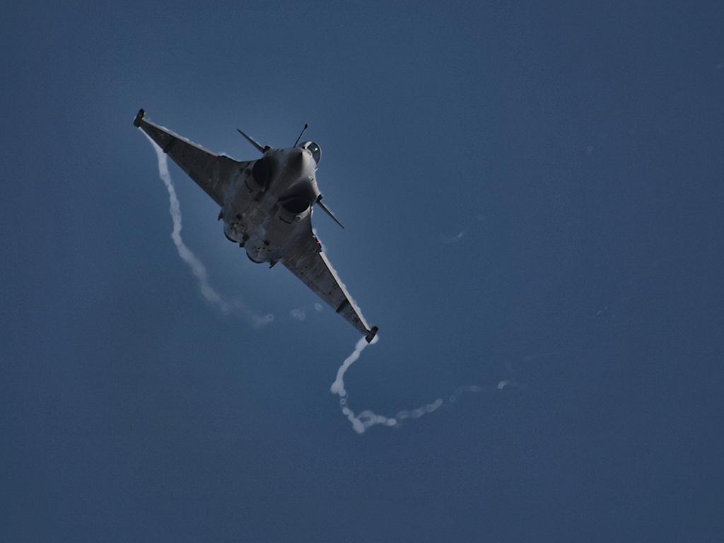 Rafale del Armée de l'Air. Se puede apreciar la posición de las toberas de admisión de los motores y los canards durante una maniobra de alto rendimiento. (KGyST).