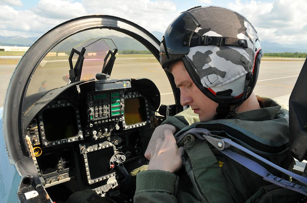Piloto de F-18 preparándose para despegar
