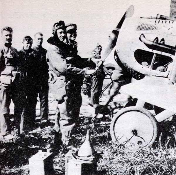 Guynemer ayudando a reparar la bomba de agua averiada en el motor de su último avión, el SPAD matrícula S.504, tras aterrizar en Les Moeres el 10 de Septiembre de 1917. www.earlyaeroplanes.com