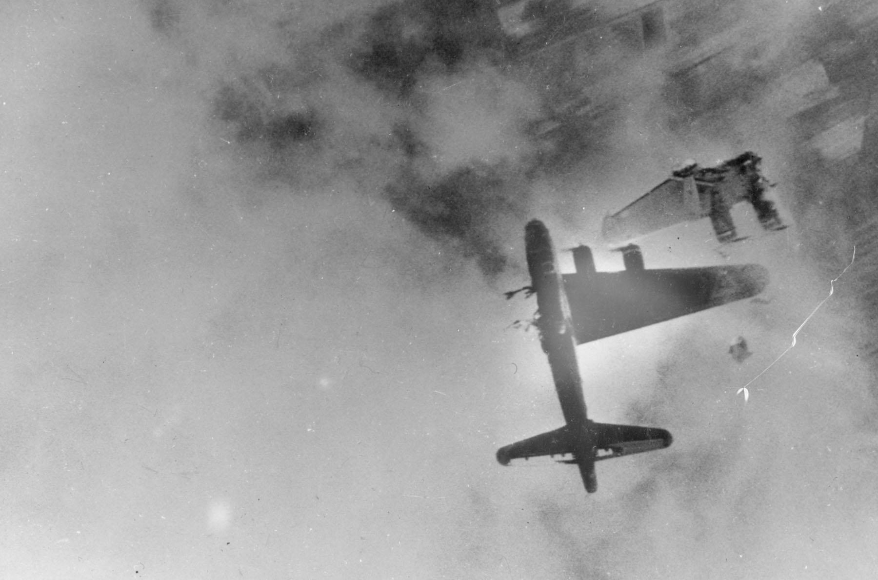 Un Boeing B-17 despedazado por los cañones de 30 mm de un reactor Me 262. Aunque la foto es de un combate diurno, por la noche, con el techo de nubes iluminado desde abajo por los reflectores de la artillería antiaérea, la visibilidad era muy parecida a la que apreciamos aquí. fuente: U.S. Air Force