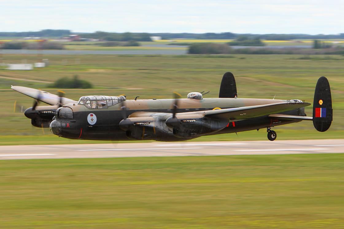 Este Lancaster nos muestra el camuflaje nocturno de la RAF: en dos tonos por la parte superior y negro en los laterales y el interior. Fuente: www.jproc.ca