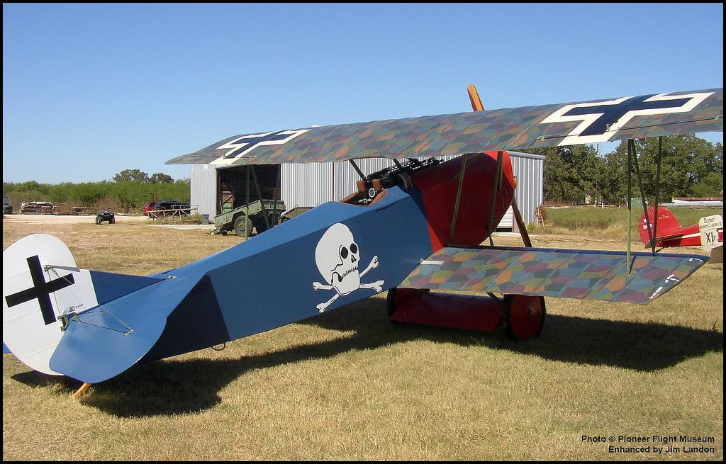 """'Esta preciosa réplica de un Fokker D VII nos presenta el camuflaje losange en los planos y el azul cobalto del fuselaje que empleaba Berthold, """"el Caballero de Hierro"""". Fuente:  https://c2.staticflickr.com/"""