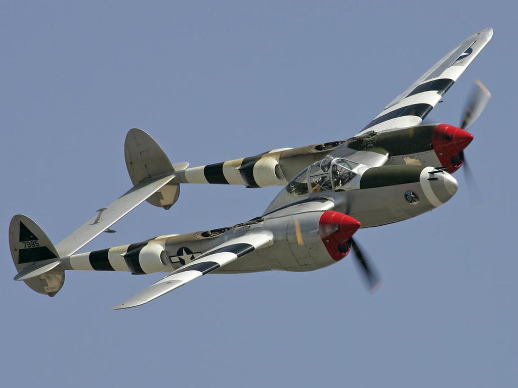 Acabado en aluminio y las bandas blancas y negras de invasión -ver texto- para este Lockheed P 38 Lightning. Fuente: https://clockworkconservative.files.wordpress.com