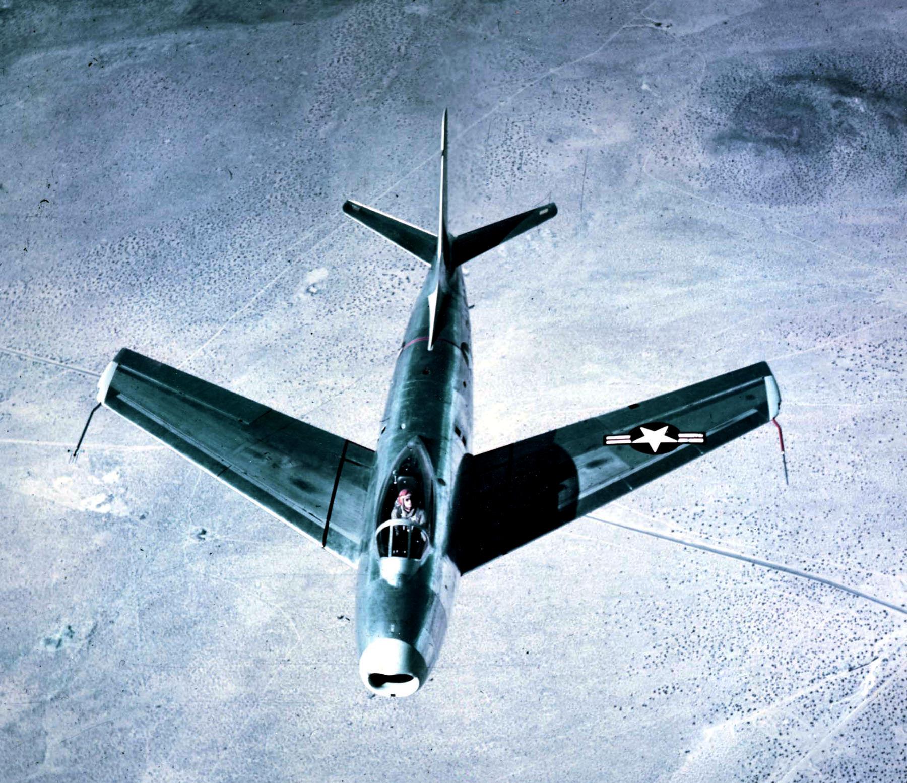 'Por una vez las condiciones de luz y la sombra propia se convierten en aliados que ocultan parcialmente a este F 86 Sabre'
