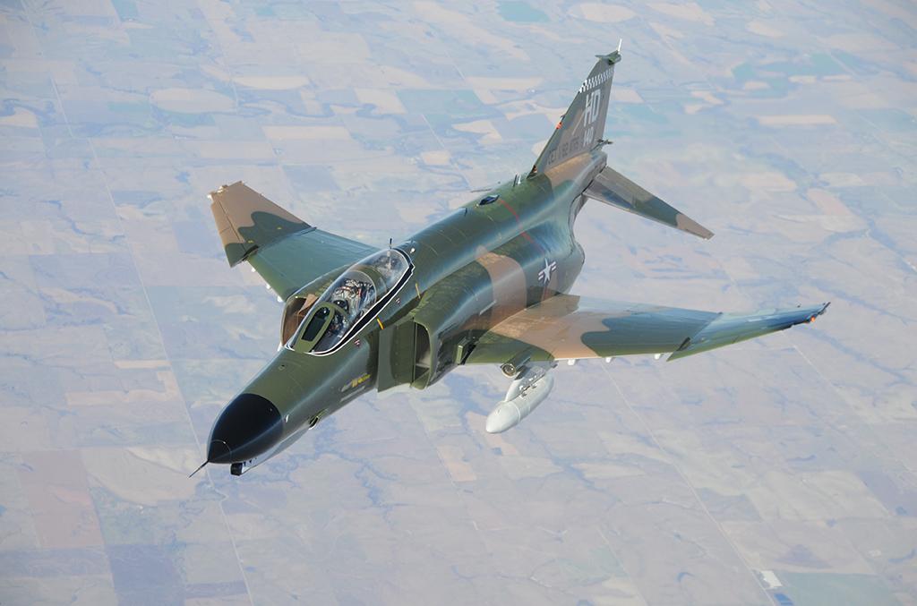 'F 4 Phantom II con el camuflaje en tres tonos y con la parte inferior en gris, introducido en la USAF en los primeros años 60, que perduró hasta mediados de los 80. Un clásico de la guerra de Vietnam. Lo llevaron casi todos los Phantom del Ejército del Aire. Fuente: www.holloman.af.mil