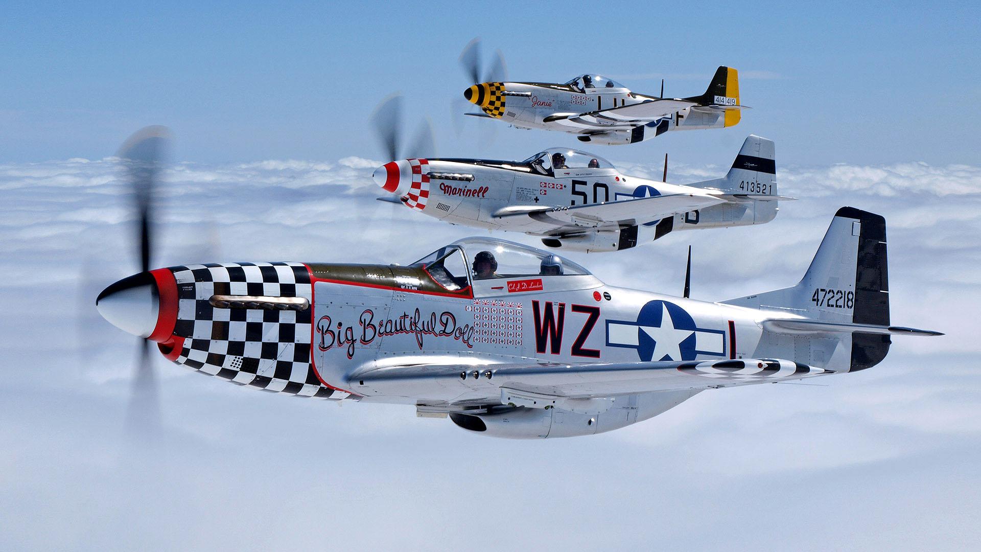 'Tres North American P 51 Mustang volando en formación con un elegante acabado metálico. Los aparentes esquemas de decoración no son tales, sino indicativos de Grupo. Fuente: atomictoasters.com/