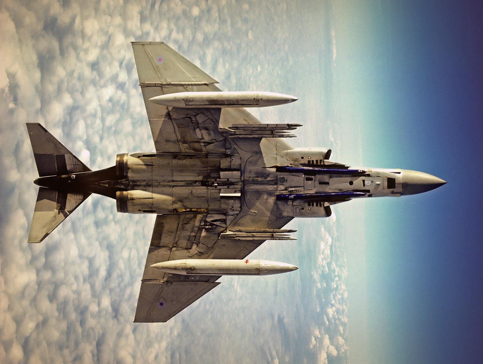 'Este F 4 Phantom II de la RAF tiene los mismos problemas con el gris de su superficie inferior; funciona aceptablemente contra el fondo de nubes pero no muy bien contra el azul. Al menos han reducido el tamaño de las escarapelas. Fuente: https://simotronfiles.wordpress.com