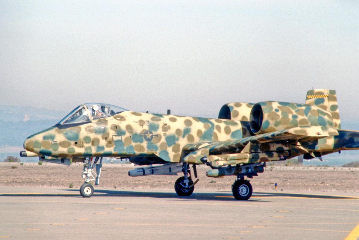 'Fairchild A-10 con un camuflaje un tanto estrambótico pero que tiene una virtud  esencial: no puede identificarse específicamente con un patrón norteamericano