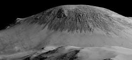Imagen de Marte obtenida por satélite donde se puede ver que hay largas y finas líneas en las pendientes, como si estuvieran formadas por el deslizamiento de pequeñas gotas. NASA/Greg Shirah