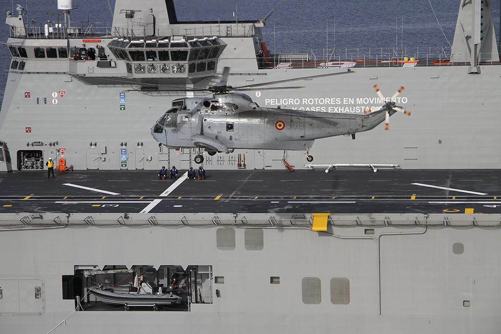 Sea King maniobrando para tomar en el buque. Fuente: Armada Española