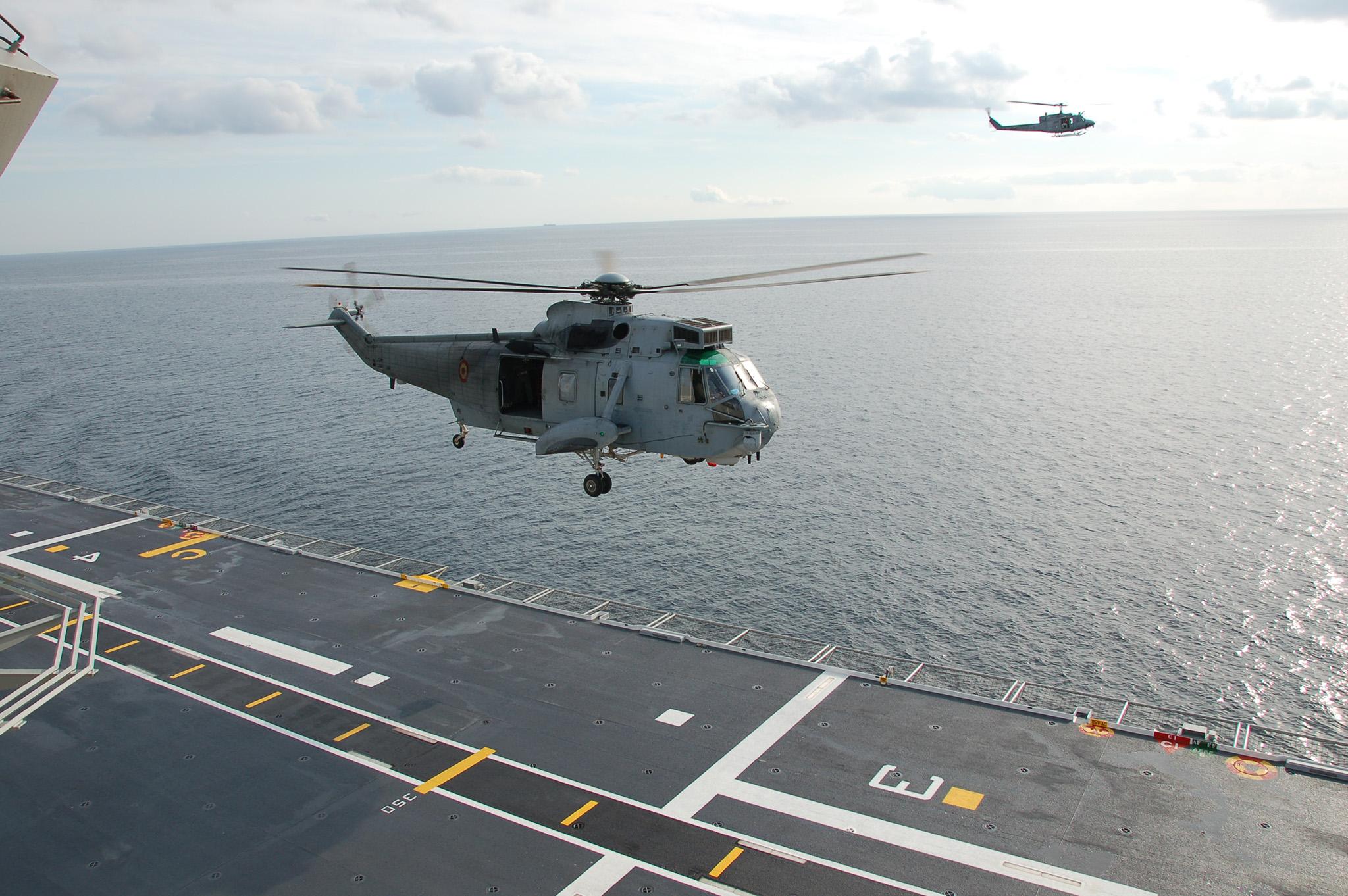 SH-3 a punto de tomar en la cubierta del buque. Fuente: Armada Española