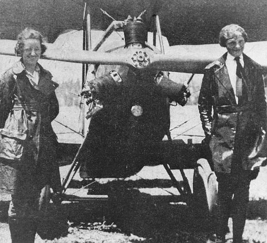 Amelia Earhart (derecha) y su instructora, Neta Snook, hacia 1921. (Karsten Smedal).