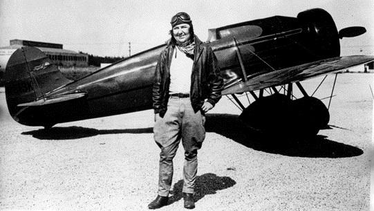 """Pancho y """"Travel Air Mystery Ship"""" hacia 1930. (Museo del Aire y del Espacio de San Diego)."""