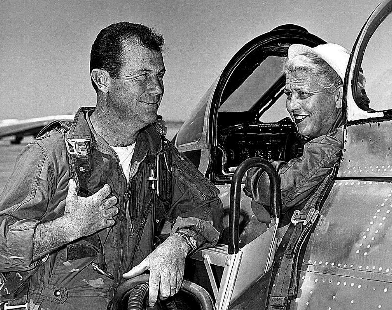 Cochran y Yeager en un F-86 Sabre. (USAF).