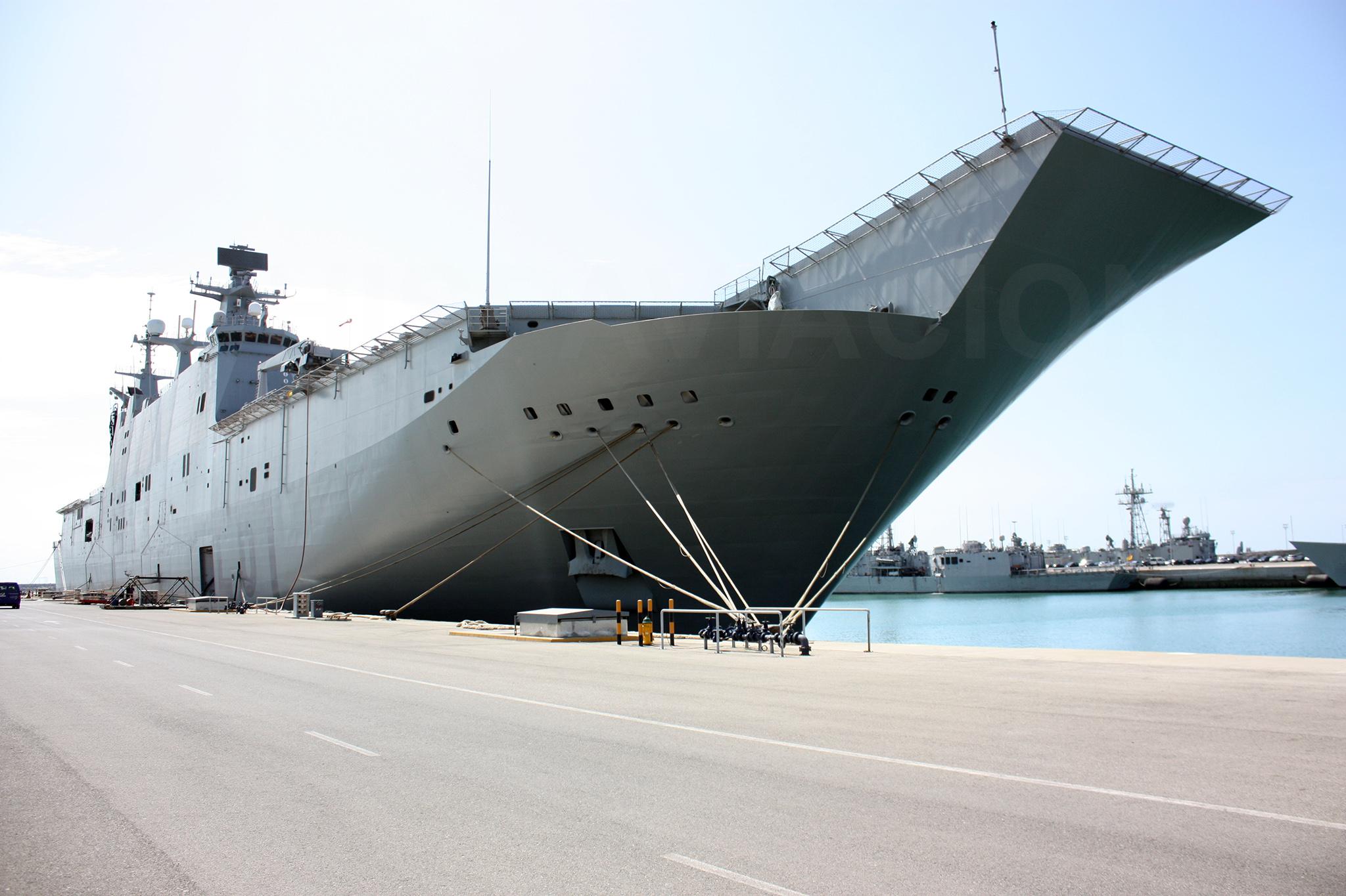 El buque amarrado a puerto. Fuente: Hispaviación