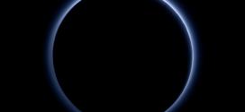 Foto tomada por la New Horizons con su cámara Ralph/Multispectral Visible Imaging Camera (MVIC) del cielo azul de Plutón