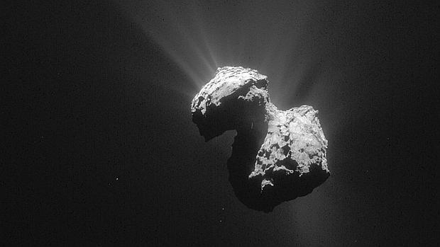 Fotografía facilitada por ESA (Agencia Espacial Europea) de una imagen del cometa 67P/Churyumov-Gerasimenko tomada el 7 de julio de 2015 por la sonda europea Rosetta desde una distancia de 154 kilómetros
