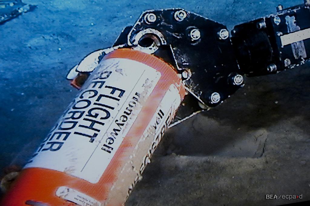 """Recogida por un ROV de un registrador de vuelo """"caja negra"""" del vuelo AirFrance 447 en el fondo del mar."""