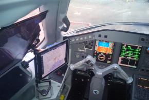 Vista del dispositivo móvil en un montaje tipo RAM en la cabina de un E190 AR.