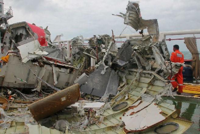 Restos del vuelo AirAsia QZ850 a bordo de buque Indonesio  Ditjen Hubla. (Fuente: news.yahoo.com)