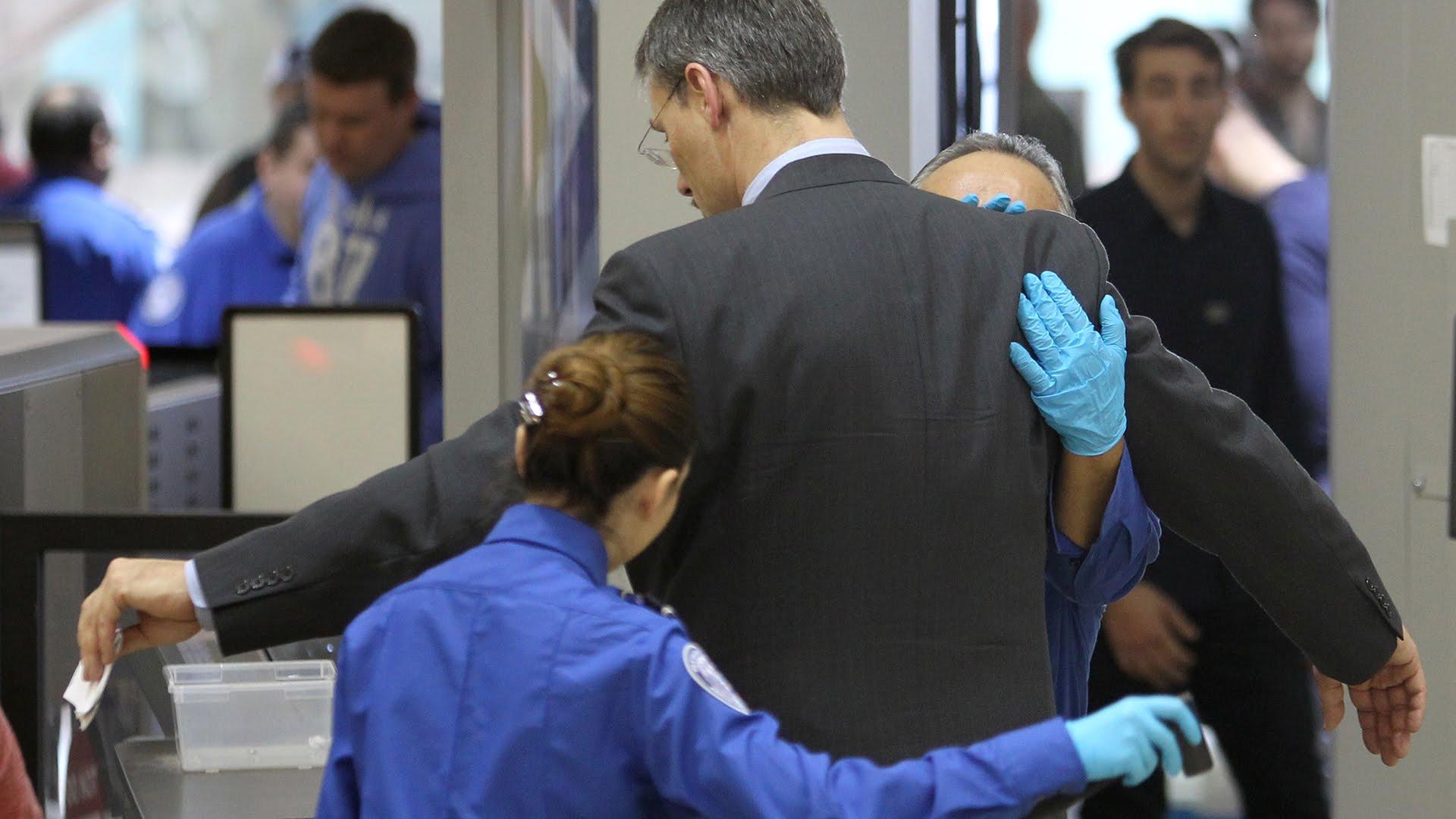 control de pasajeros en aeropuerto