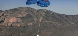 Después de separarse del módulo de propulsión, el módulo New Shepard de Blue Origin desciende hacia el desierto de Texas (Blue Origin)