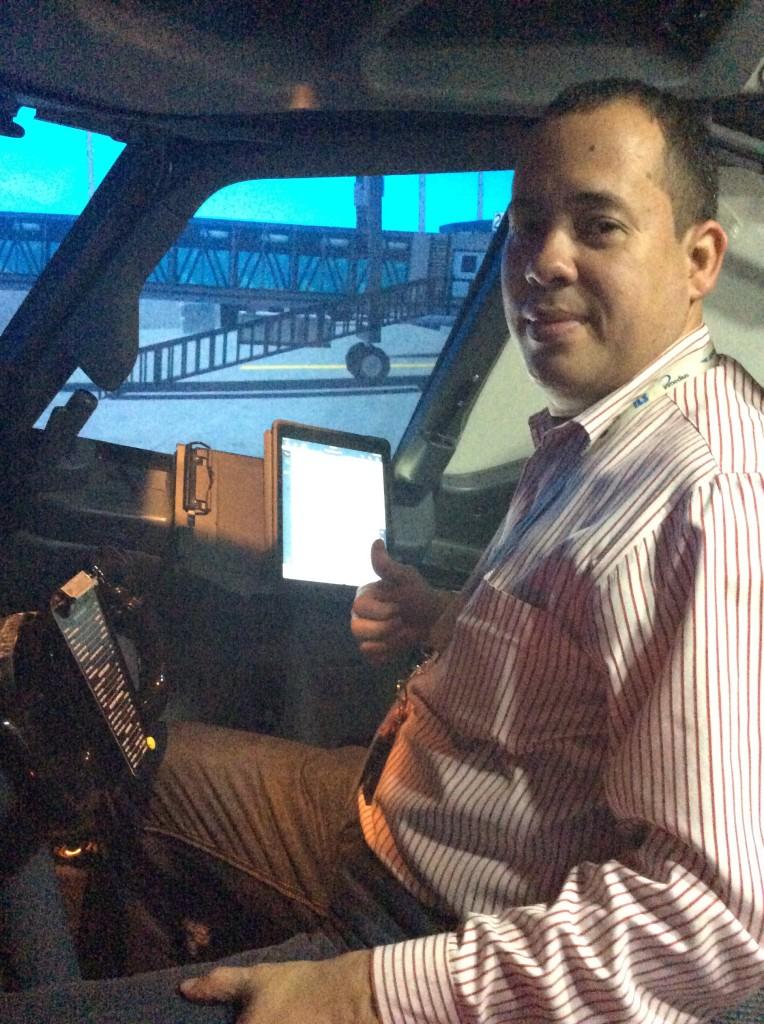 Sesión de prueba del montaje FlyPad B737 en uno de los simuladores B737 de Copa Airlines. Debe asegurarse que el montaje no interfiera con los controles de mando primarios y secundarios de la aeronave.
