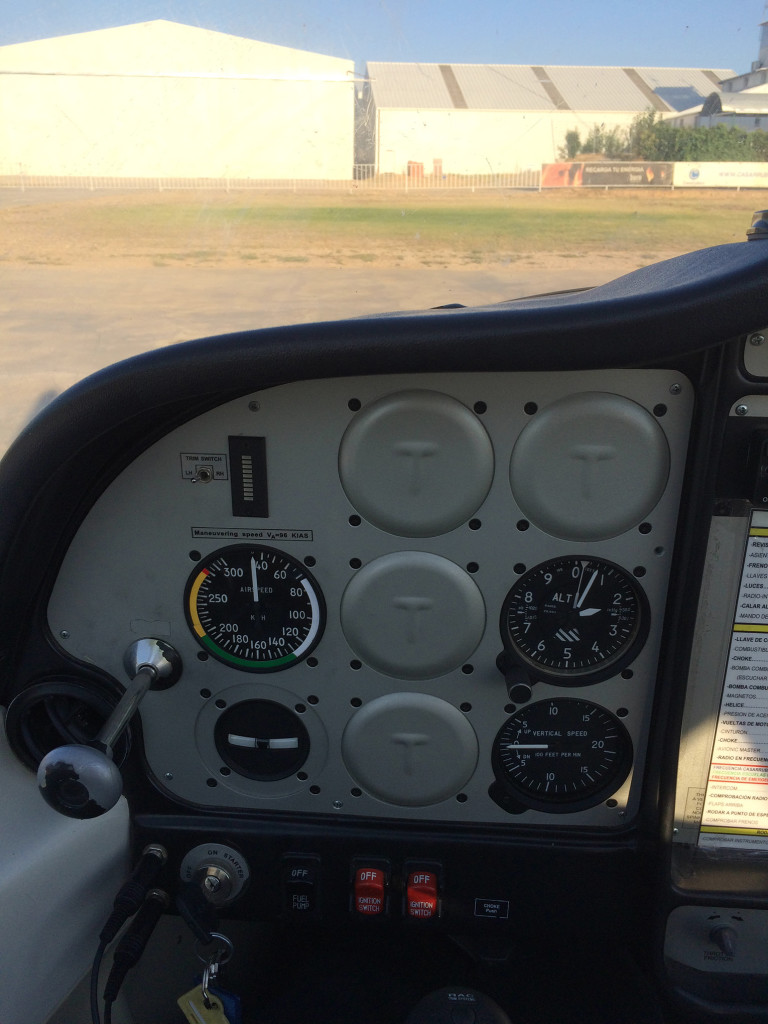 La cabina del Tecnam P2002 en versión ULM. Anemómetro, altímetro y variómetro, junto con el mando de gases, bomba de combustible y magnetos. (Autor).