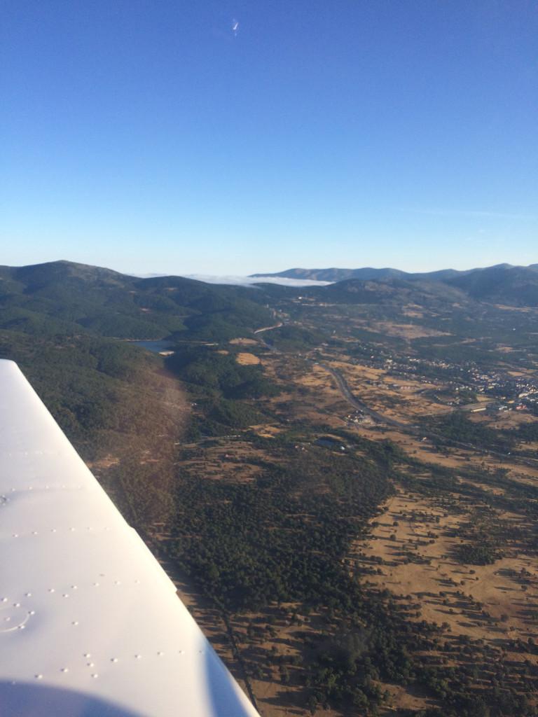 El puerto de los Leones, cerca del Escorial (al menos desde el aire), en donde se ha formado una niebla de condensación, fruto de las temperaturas alcanzadas este verano. (Autor).